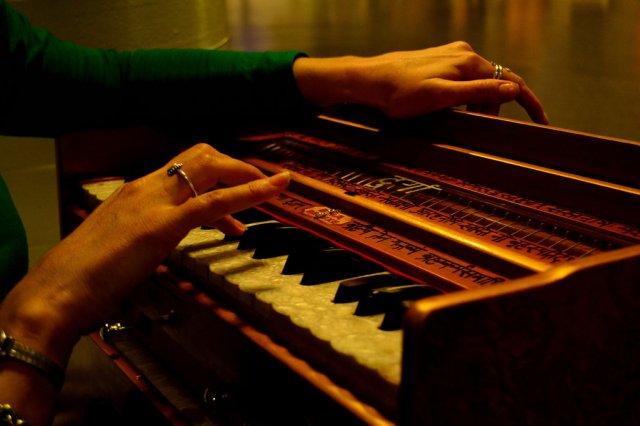 the_harmonium_player_by_matadurga-d6yy80x